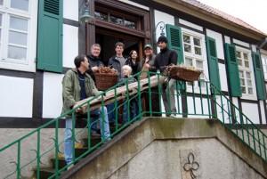 Alles muss raus: Heiner Thiele, Jan Witt, Marcel Zorn, Jonathan Zorn, Nadine Krekeler, Heidrun Lohrmeier und Andreas Neuwöhner (von links) bringen die kleinen und großen Schätze aus dem Heimathaus zur Dreckburg. Dort sind sie bis zur Wiedereröffnung des Museums bei Burgherr Erhard Christiani untergebracht.