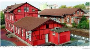 Blick auf den alten Bahnhof mit gegenüberliegender Güterabfertigung. Die ungewöhnliche Perspektive ermöglichte eine Dachdeckerfirma, die auf dem angrenzenden Gebäude das Dach erneuerte. | FOTO: RAINER WESTER